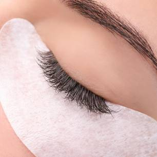 Wimpern färben: Geschlossenes Auge mit Pad am unteren Wimpernkranz