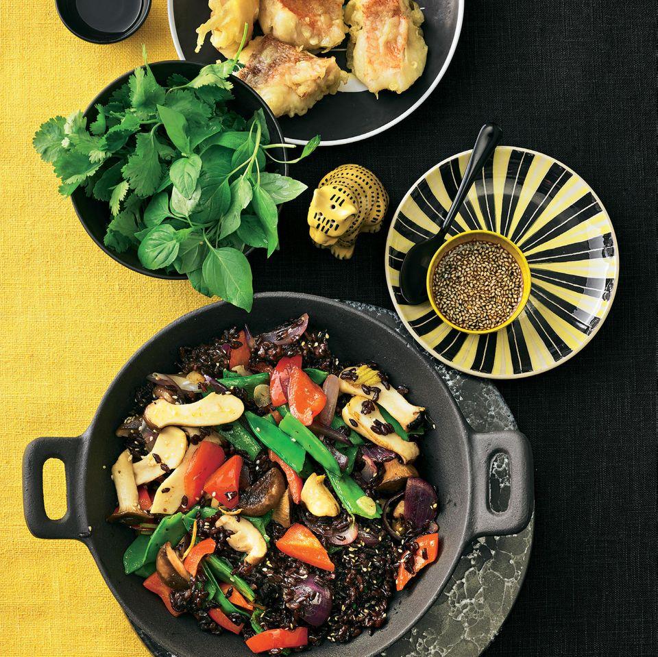 Gebratener schwarzer Reis mit Rotbarsch