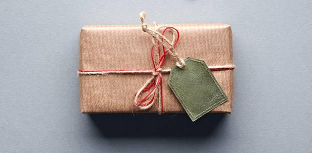Geschenke zum Polterabend: Ideen und Tipps: Geschenk in Vintage Geschenkverpackung, dazu Herzbilder mit Brautpaar-Motiv