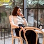 Breadcrumbing: Eine traurige Frau wartet vergeblich auf ihr Date