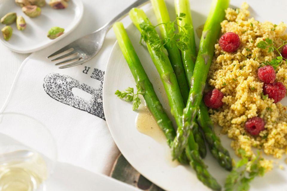 Zitronen-Couscous mit grünem Spargel