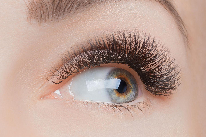 Schlupflider schminken: Auge mit vollem Wimpernkranz