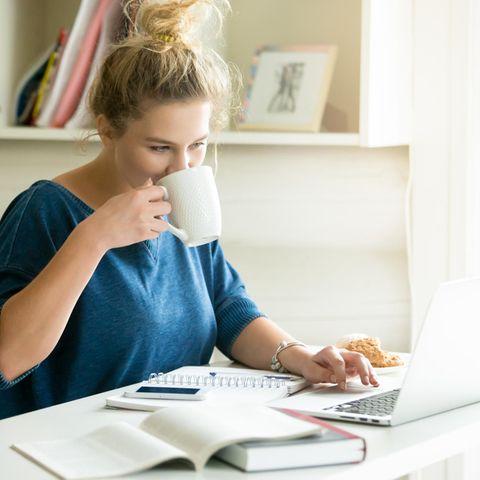 Selbststudium: Bedeutung, Infos und Tipps! Frau sitzt vor Büchern und Laptop und arbeitet