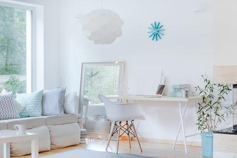 Kleines Zimmer einrichten: 7 Tipps zum Nachmachen: Wohnzimmer mit schmalem Schreibtisch, Bodenspiegel und Sofa
