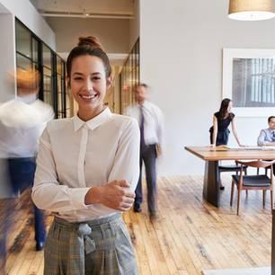 Arbeitgebersiegel: Frau im Büro