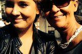 Meine Mutter ist meine beste Freundin und es gibt keinen Menschen auf der Welt, dem ich so bedingungslos vertraue wie ihr. Als sie vor etwas mehr als zwei Jahren eine schreckliche Diagnose erhielt, ist für mich dementsprechend eine Welt zusammengebrochen. Ein Leben ohne meine Mutter? Unvorstellbar! Auch mit 30 Jahren habe ich nicht das Gefühl, diese Welt da draußen ohne sie so meistern zu können wie jetzt.  Sie ist mir nicht nur eine wertvolle Ratgeberin, eine Vertraute, die sich mit mir aufregt, auch wenn sie insgeheim wahrscheinlich denkt, ich schnappe mal wieder über, sie ist auch der selbstloseste Mensch, dem ich je begegnet bin. Sie denkt immer zuallererst an ihre Familie, selbst dann, wenn es ihr selber schlecht geht.  Wie sie die vergangenen zwei Jahre gemeistert hat, ist für mich daher mehr als außergewöhnlich. Dass sie auch in ihrer härtesten Zeit stets so positiv, gut gelaunt und aufopferungsvoll geblieben ist, grenzt an ein Wunder. Ich weiß nicht, ob ich ihr all das, was sie tagtäglich für mich tut, je zurückgeben kann. Ich kann nur alles daransetzen, die Zeit mit ihr in vollen Zügen zu genießen und auch für sie eine Ratgeberin und Vertraute zu sein sowie jemand, der sie hin und wieder verwöhnt, wenn sie selbst es nicht tut.  Ann-Christin, Mode- und Beauty-Redakteurin