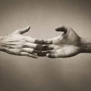 Welches Beziehungsjahr ist das schwerste? Zwei Hände gehen auseinander