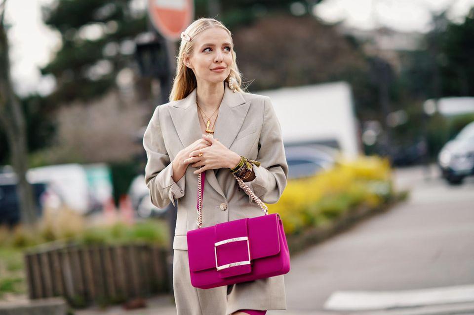 Pink: Frau mit pinker Tasche