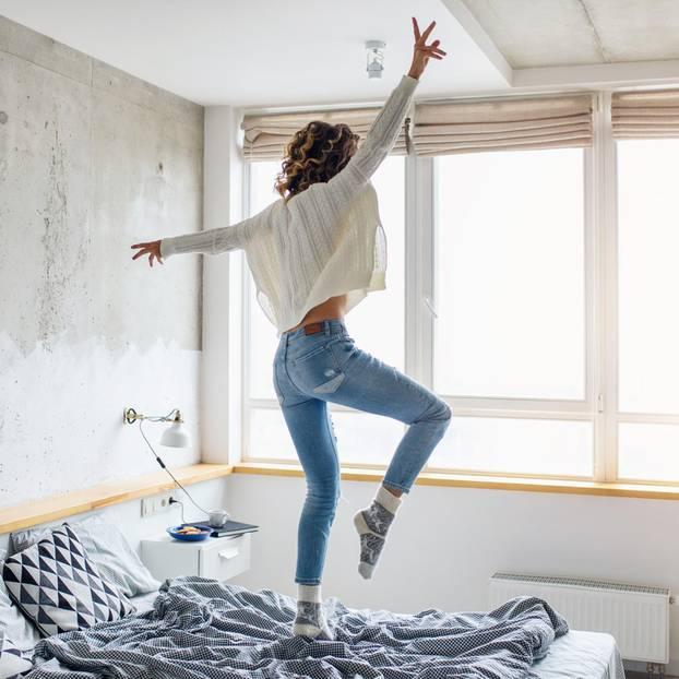 Was bedeutet stark sein? Eine Frau tanzt auf dem Bett