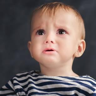Kind guckt erschrocken