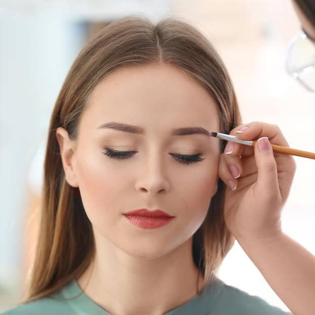 Blushadow: Frau wird geschminkt