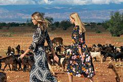 Links: Viskose-Seiden-Kleid: Comma, ca. 200 Euro. Sandalen: Alina Schuerfeld. Rechts: Blumenkleid mit weiter Taille: Jake's/fashionID.de, ca. 50 Euro. Sandalen: Sioux