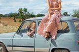 Links: Kleid mit Kirschblüten: Asos, ca. 90 Euro. Rechts: Seidenkleid in Patchworkoptik: Strenesse, ca. 850 Euro. Schuhe: Alina Schürfeld