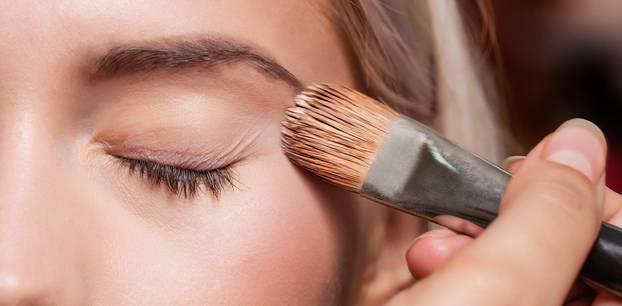 Blaue Augen: Auge und Schminkpinsel