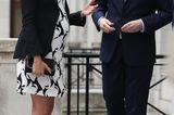 Auch in der Schwangerschaft verzichtet Meghan nicht auf stylische Looks – das beweist sie uns nun schon seit einigen Monaten. So überzeugte die Herzogin bei einer Podiumsdiskussion anlässlich des internationalen Weltfrauentagesam Londoner King's College wieder einmal mit ihrem Outfit. Zu einem schwarz/weißen Minikleid kombinierte die 37-Jährige einen eleganten Blazer, klassische Pumps und eine coole Clutch von Stella McCartney. Ein wahrhaft royaler Look!  Was der Queen aber wahrscheinlich weniger gefallen dürfte, ist die Tatsache, dass die Ehefrau ihres Enkels Harry mal wieder keine Strumpfhose trägt ..