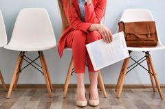 Arbeitssuchend melden: Frau wartet mit Unterlagen