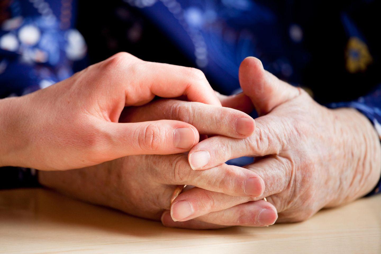 Wenn Eltern alt werden: haltende Hände