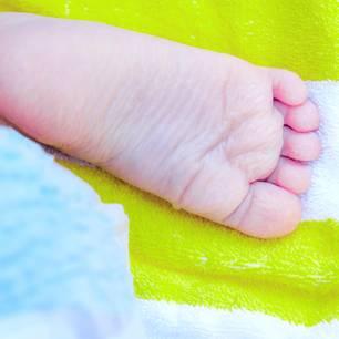 Warzen bei Kindern: Kinderfuß auf Handtuch