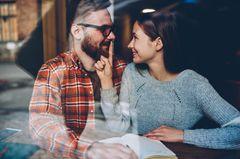 Sätze, die reife Männer nicht in der Beziehung sagen: Eine Frau hält ihrem Partner den Finger auf den Mund
