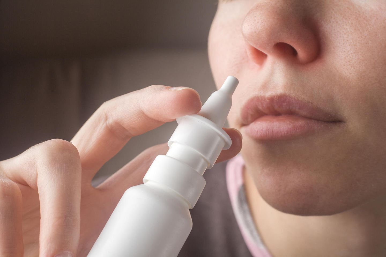 Nasenspray gegen Depression: Frau benutzt Nasenspray