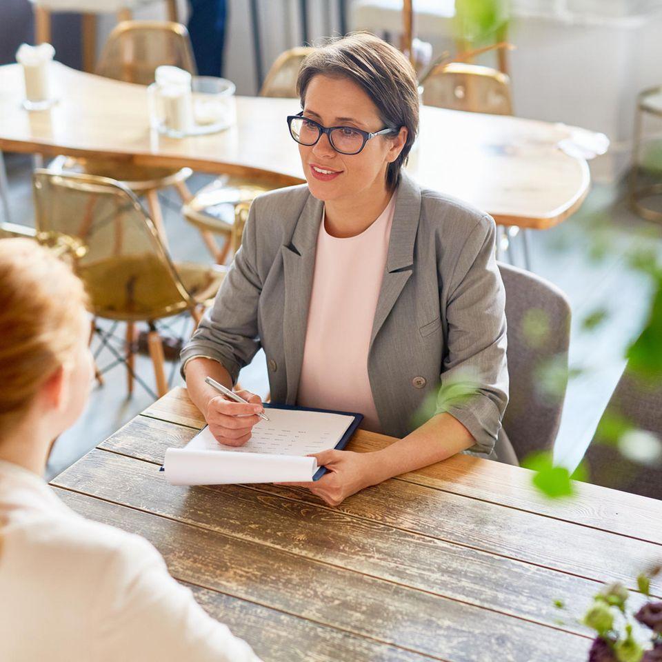 Vorstellungsgespräch Fragen: Personalerin und Bewerberin im Gespräch