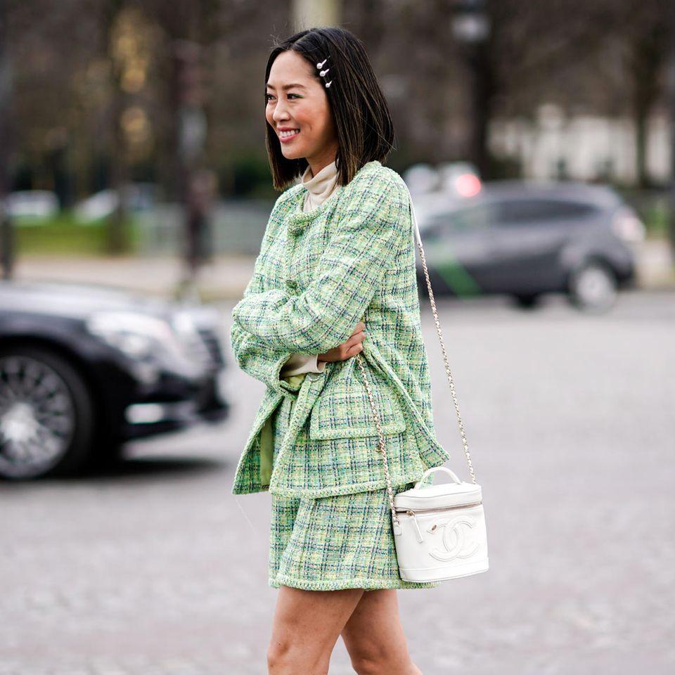 Haarspangen: Asiatische Frau mit Haarspangen und grünem Kostüm