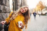 Gelb  Wenn es draußen noch grau in grau ist, ziehen wir uns eben die Sonne einfach an. Gelbtöne lassen fahlen Teint im Handumdrehengebräunt und gesund aussehen.