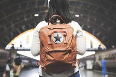 Mutig sein. Mädchen mit Rucksack am Bahnhof
