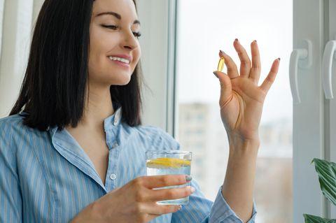 Biohacking: Frau nimmt Wasser mit einer Pille ein