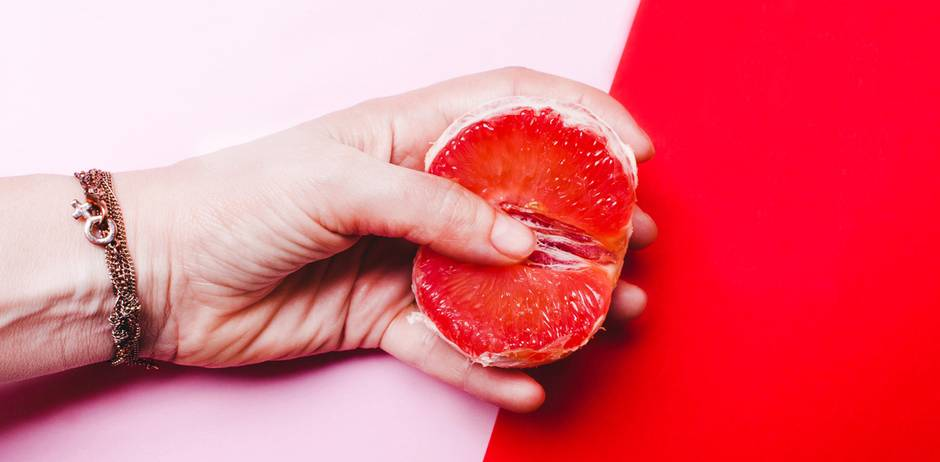 Vagina-Fails: Hand mit Blutorange