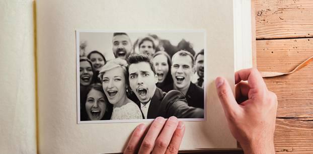 Wedding Attack: Ein Mann schaut sich ein Hochzeitsfotalbum an
