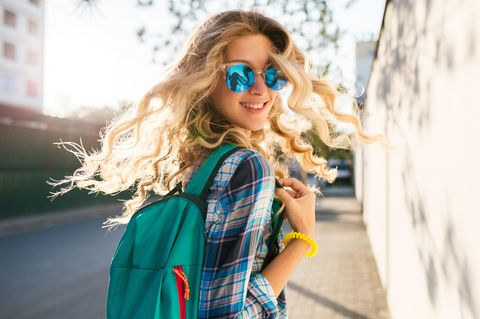 Glücklich bleiben: Eine fröhliche junge blonde Frau