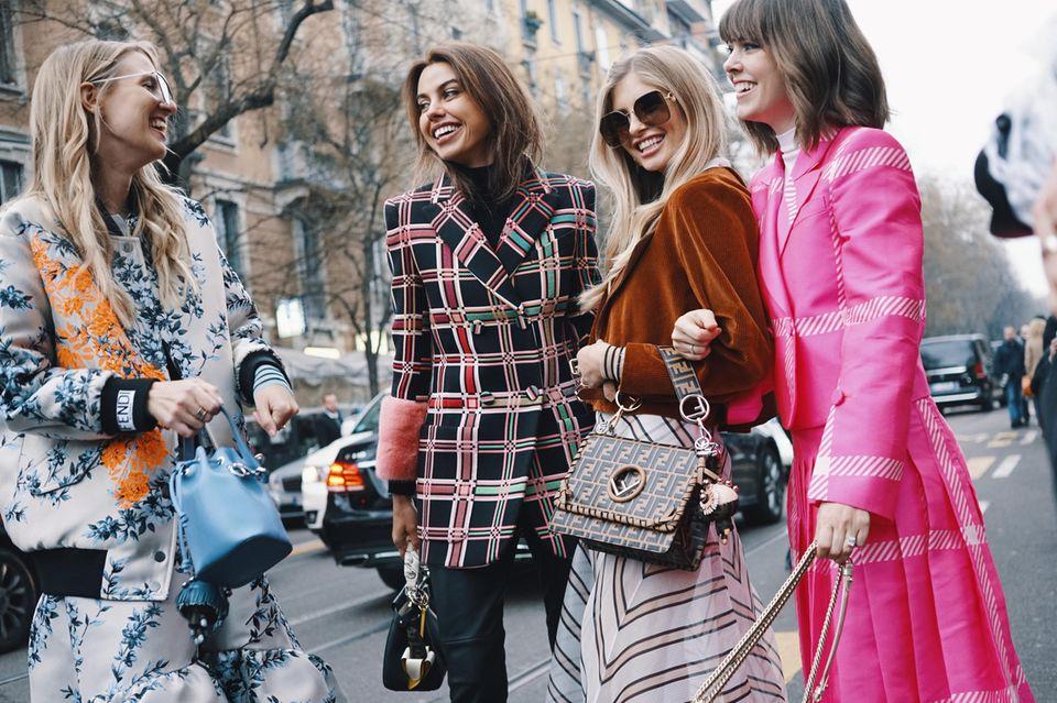 Wie finde ich meinen eigenen Stil: Vier Frauen in bunten Outfits