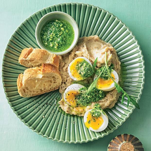 Bohnenpüree mit Ei und Pesto