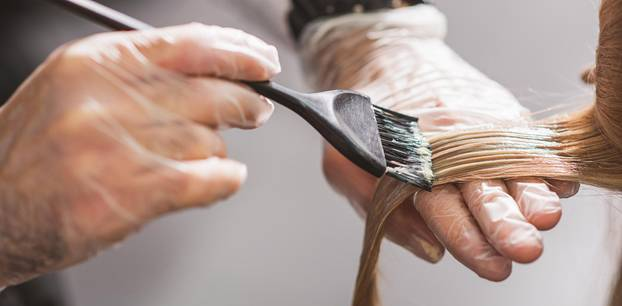 Cinnamon Sugar Crunch Hair: Friseur färbt haare