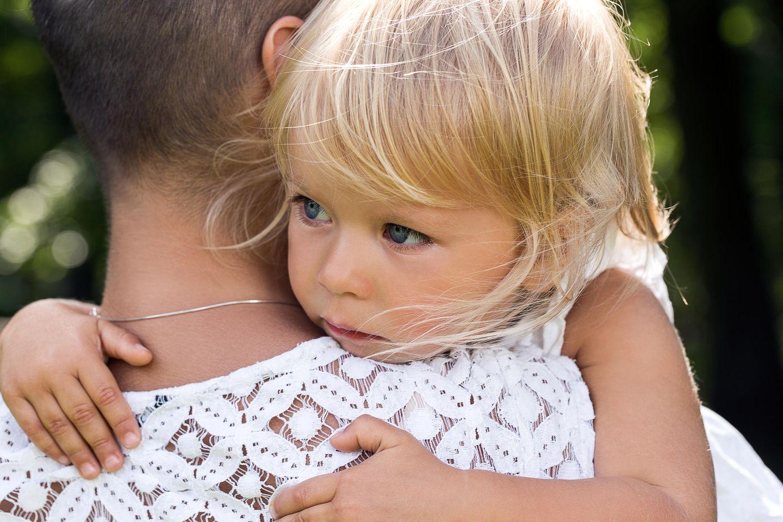 Schnullergate: Frau mit Tochter auf dem Arm