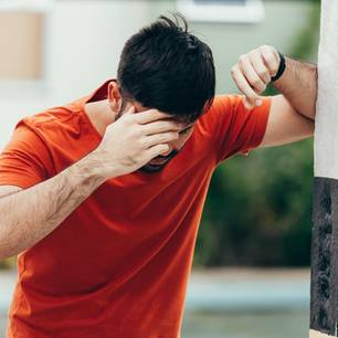 Schwindel: Einem Mann ist schwindelig