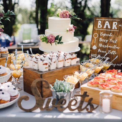 Candy Bar Hochzeit: Ideen und Tipps: Ein Tisch gedeckt mit vielen Desserts