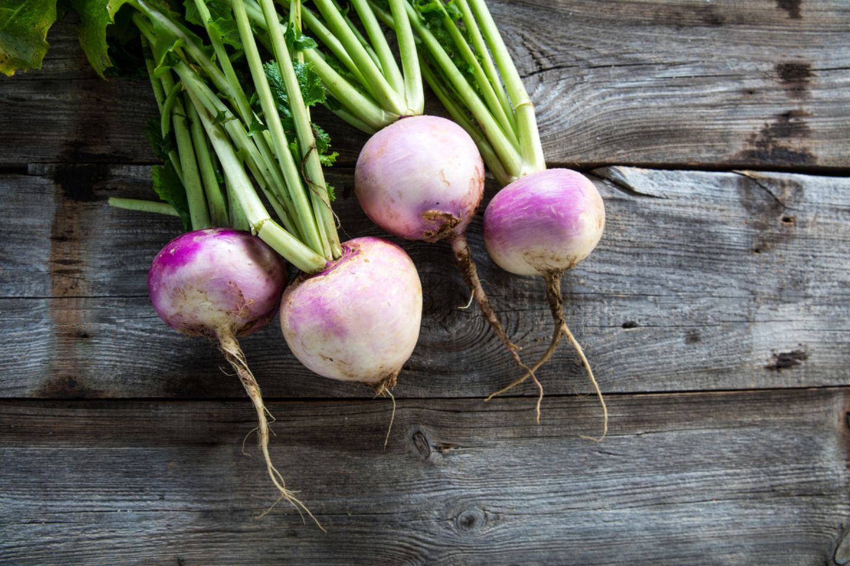 Alte Gemüsesorten: diese 7 solltest du kennen: vier Mairüben mit Blättern