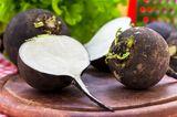 Alte Gemüsesorten: diese 7 solltest du kennen: Schwarzer Rettich aufgeschnitten auf einem Brett