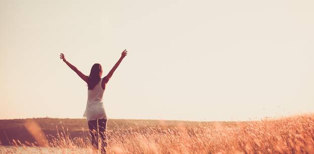 Dinge, die erfolgreiche Frauen richtig machen: Eine erfolgreiche Frau genießt den Sonnenuntergang