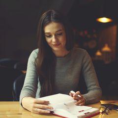Gewohnheiten erfolgreicher Frauen: Eine Frau mit einem Terminplaner plant ihr Leben