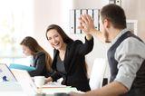 Gewohnheiten erfolgreicher Frauen: Eine Frau gibt einem Kollegen High Five
