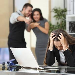 Mobbing am Arbeitsplatz: Kollegen lachen Frau aus