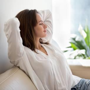 So essentiell ist richtige Erholung: Frau ruht sich aus