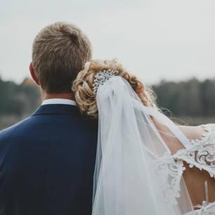 Heiratsschranke: Ein Brautpaar von hinten