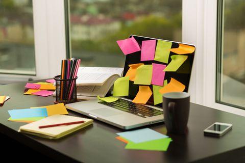 Pinnwand selber machen: Ideen und Tipps: Auf einem Laptop kleben viele Post-its