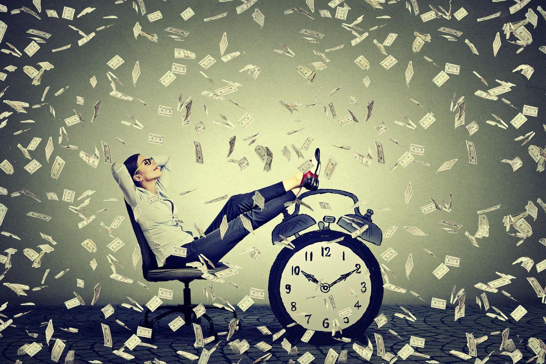 Finanzielle Freiheit: Es regnet Geldscheine auf Frau