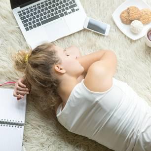 Narkolepsie: Frau schläft auf dem Boden