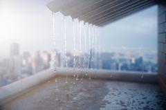 Regenwassernutzung: Regenwasser tropf vom Dach herab